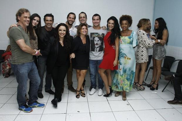 Letícia Lima (no canto direito com Adriana Esteves) evita foto com Ana Carolina após show no Rio (Foto: Alex Palarea / AgNews)