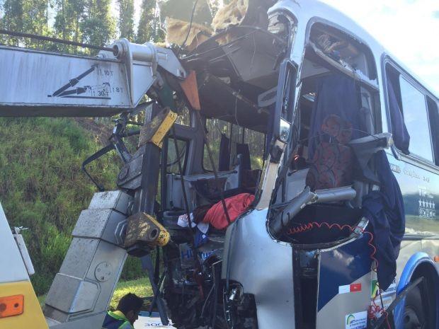 Ônibus e caminhão bateram de frente (Foto: Giuliano Tamura / TV TEM)