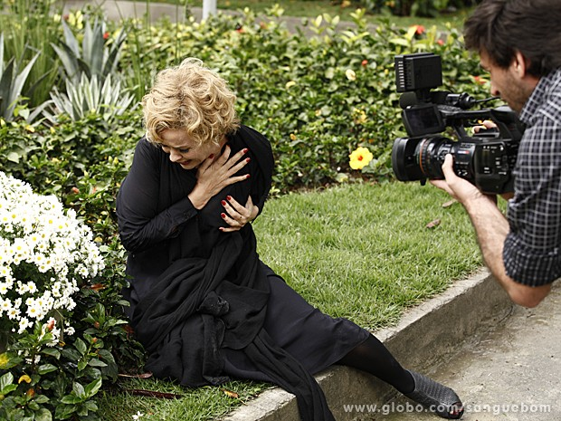 A atriz faz a doida rolando no chão e gritando por Barrabás (Foto: Sangue Bom/TV Globo)