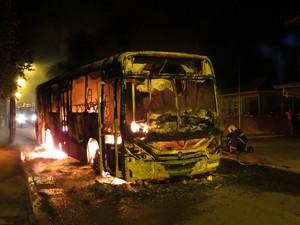 Ônibus foi incendiado no bairro Ingleses na madrugada de sexta (1) (Foto: Alex Benicio/Divulgação)