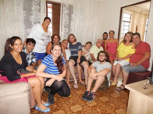 A russa com parte da família em casa (Foto: Arquivo pessoal)