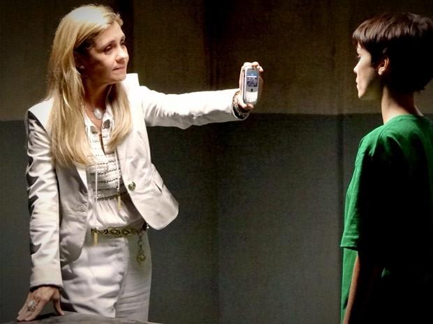 Carminha mostra vídeo de Nina e Max para tentar convencer a rival (Foto: Avenida Brasil/TV Globo)