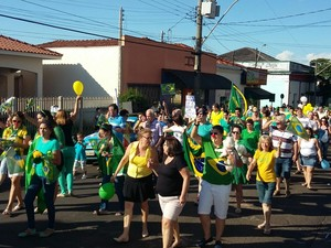 Manifestantes caminharam pela Rua 13 de maio em Dois Córregos  (Foto: Dercio Terrabui Junior/ Arquivo pessoal )