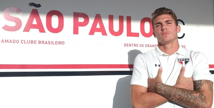 Lyanco, zagueiro do São Paulo, posa para foto no CT da Barra Funda (Foto: Tossiro Neto)