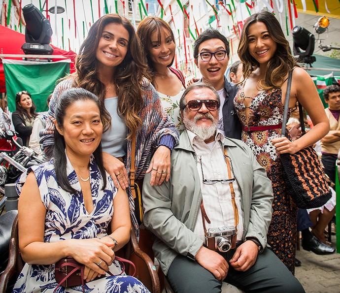 Alice, Hirô, Hideo, Yumi (de pé), Mieko e Kazuo (sentados) formam a família Tanaka de 'Sol Nascente' (Foto: TV Globo / João Miguel Júnior)