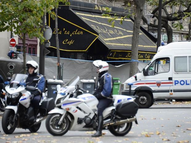 Polícia guarda perímetro da cafeteria da casa de shows Bataclan, em Paris, palco do mais mortal dos ataques simultâneos na cidade na última semana (Foto: Bertrand Guay/AFP)
