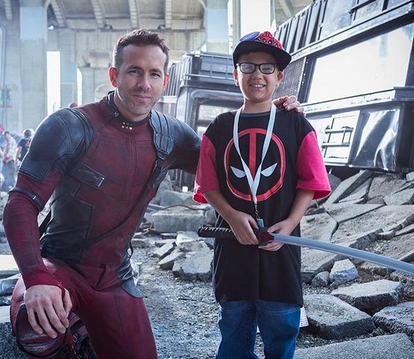 O ator Ryan Reynolds com uma das crianças que visitou o set de Deadpool 2 (Foto: Instagram)