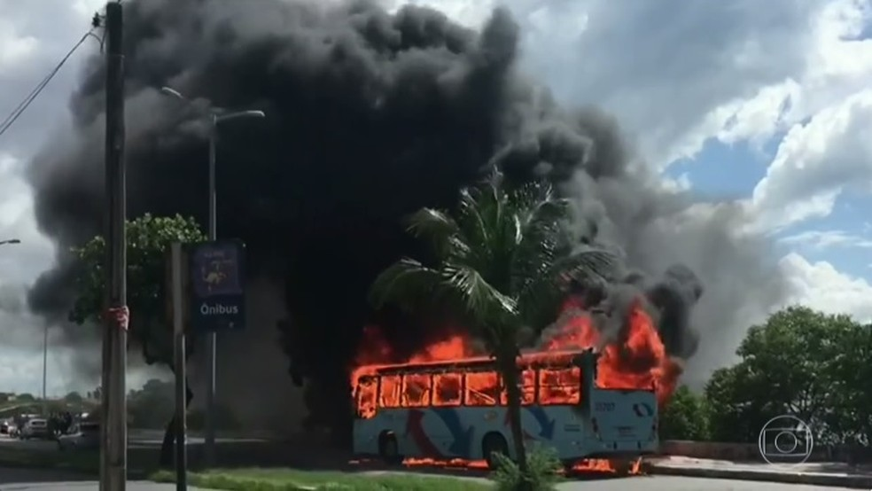 Grande Fortaleza tem segundo dia de ataques a ônibus e delegacias (Foto: Reprodução)