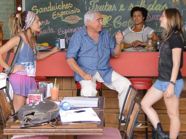 Valentina acaba conhecendo Lia, mas nem fala sobre a traição de Dinho com a garota (Foto: Malhação / Tv Globo)
