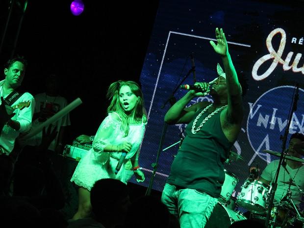 MC Sapão no palco de festa em Jurerê com a cantora Lexa (Foto: Agência 2Erres/Divulgação)