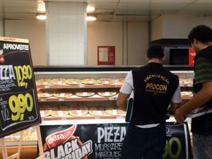 Fiscais do Procon Campinas em  fiscalização de preço em  hipermercado na Black Friday   (Foto: Reprodução EPTV)
