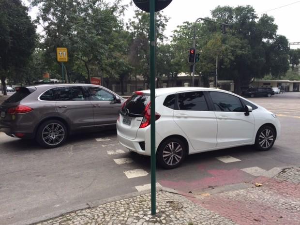 Motoristas ignoram ciclovia e param em cima da via (Foto: Matheus Rodrigues/ G1)