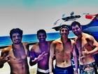 Caio Castro registra manhã de surfe com Juliano Cazarré