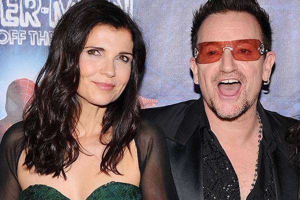 Bono é casado com a ativista Ali Hewson desde 1982. O casal têm quatro filhos juntos. Além disso, Ali é a inspiração para o hit 'The Sweetest Thing', da banda de Bono, o U2. (Foto: Getty Images)