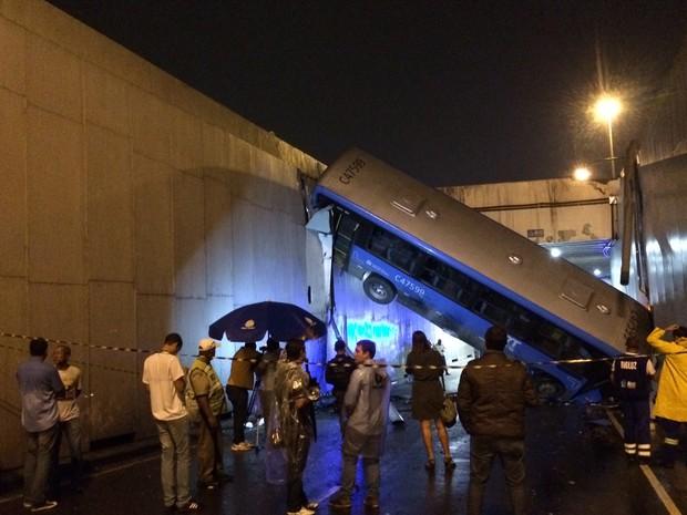 Acidente com ônibus deixou ao menos 30 feridos no mergulhão Billy Blanco, no Rio (Foto: Marcelo Elizardo/G1)