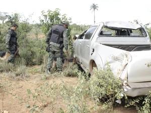 Caminhonete capotou a cerca de sete quilômetros de onde os detentos foram baleados. (Foto: Valdivan Veloso / G1)