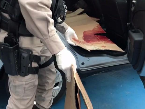 Jovem esfaqueado foi socorrido pela Polícia Militar e levado para Hospital de Trauma de João Pessoa (Foto: Walter Paparazzo/G1)
