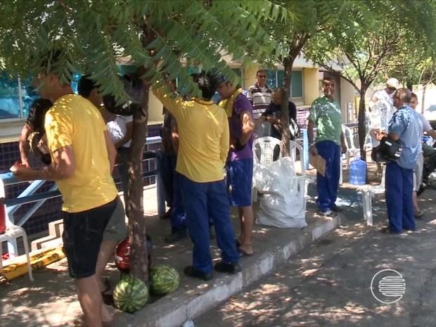 Servidores dos Correios cruzarm os braços e deflagraram greve nesta quarta (16) (Foto: Reprodução/TV Clube)