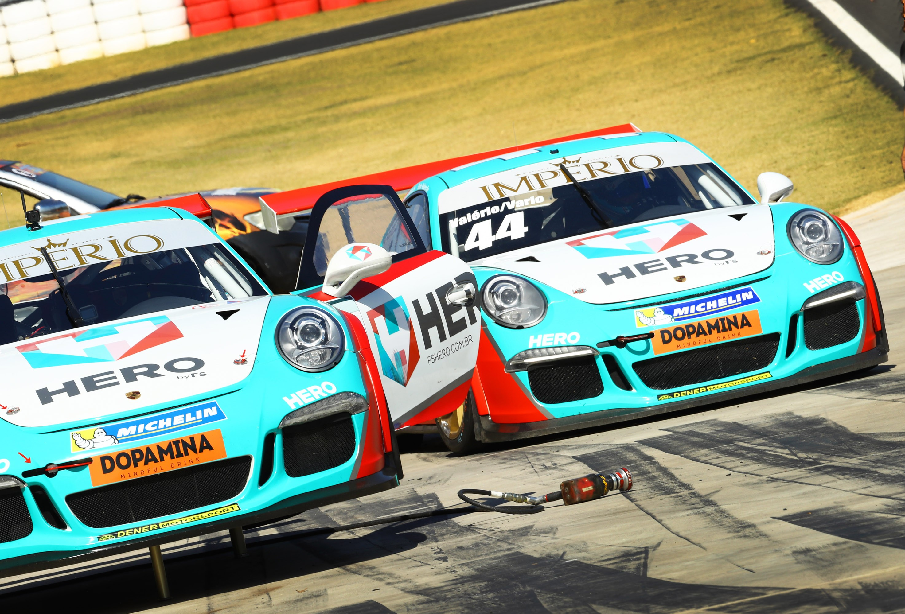 O Porsche #44 da dupla Beto Valério/Marcus Vario, fazendo sua parada nos boxes para troca de piloto e abastecimento (Foto: Porsche Império GT3 Cup/Luca Bassani)