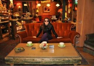 Júnia no set de filmagens da série Friends (Foto: Arquivo Pessoal)