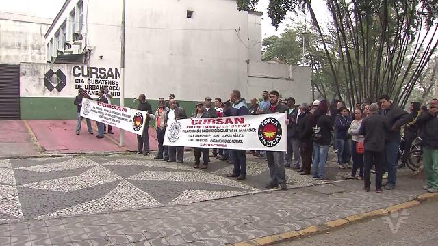 Passeata em frente a Cursan nesta terça em Cubatão (Foto: Reprodução/TV Tribuna)
