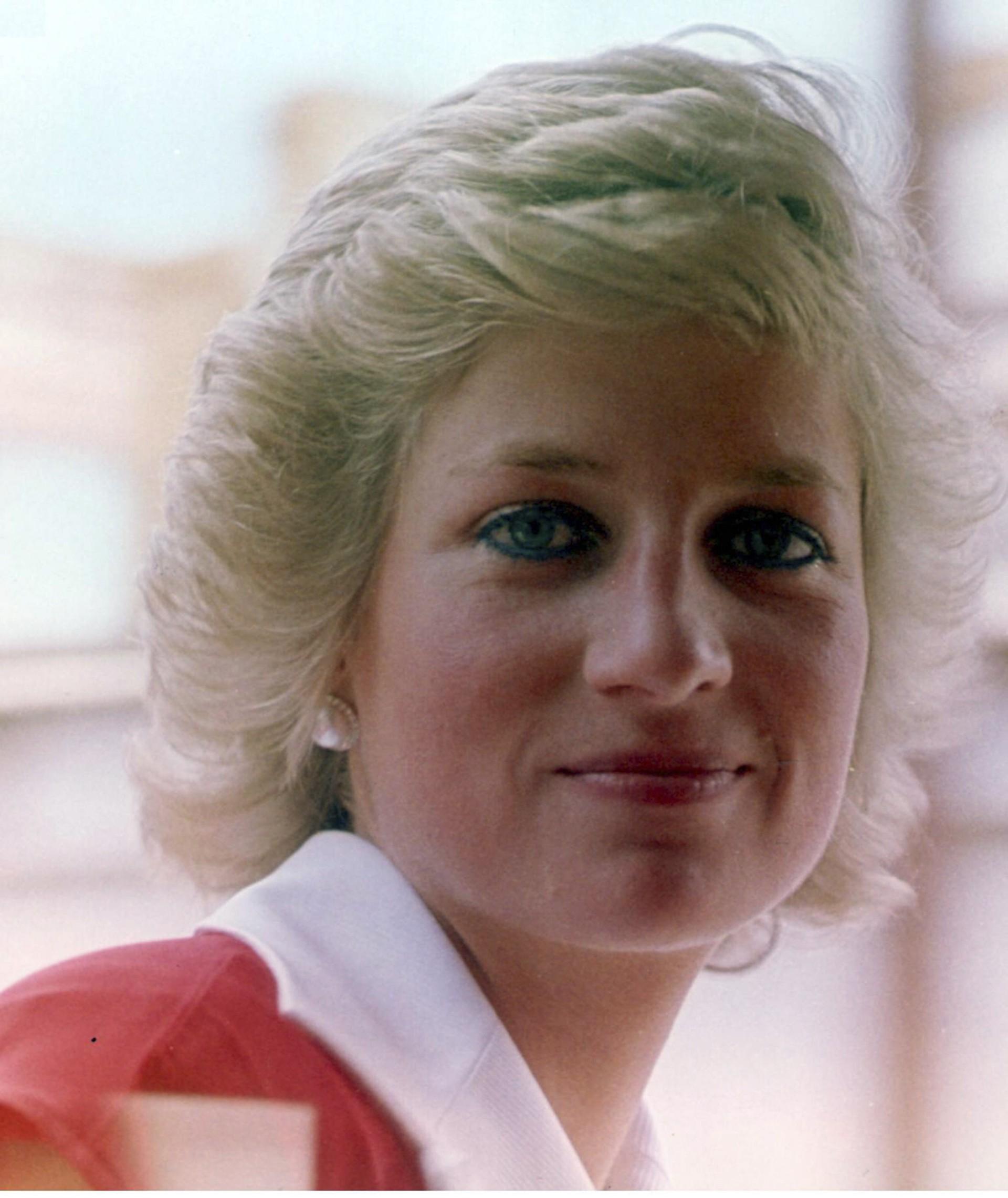 Diana, Princesa de Wales, era tão amada que os paparazzi a perturbavam onde quer que ela ia, inclusive à fatídica viagem a Paris. À meia-noite, fotógrafos em motos perseguiam seu carro, que também levava o namorado, Dodi Fayed, quando o veículo bateu, matando os dois passageiros e o motorista. O trágico acidente foi citado como prova para restringir a atuação dos paparazzi na busca desnecessária por fotos de celebridades. O legado de Diana, contudo, foi a filantropia cultivada durante anos por ações de caridade. (Foto: Getty Images)