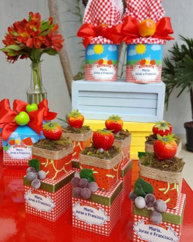 Detalhes da decoração da festa com o nome das crianças (Foto: Reprodução Instagram)