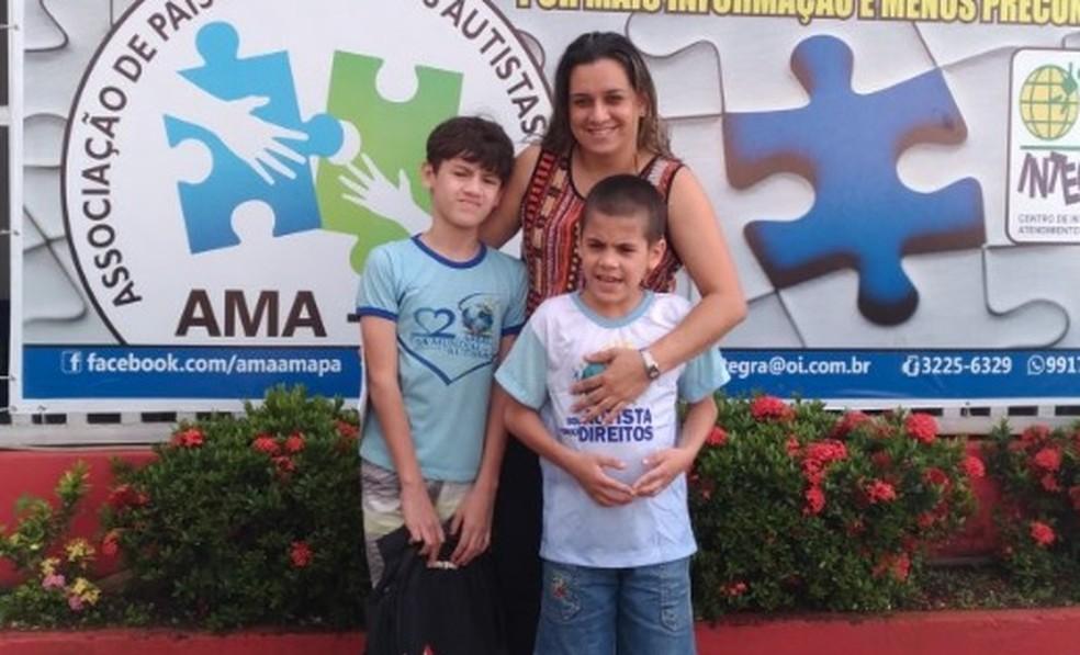 Adely com os filhos Maurício e Renato, ambos autistas (Foto: Jane Capiberibe/Arquivo Pessoal)