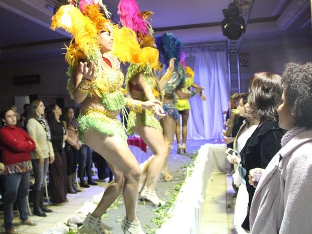 Escola de samba Saci-Pô abriu o evento de palestra de striptease (Foto: Jéssica Balbino / G1)