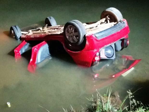 Carro capotou e caiu dentro do Lago Paranoá, no Distrito Federal (Foto: Corpo de Bombeiros/Divulgação)