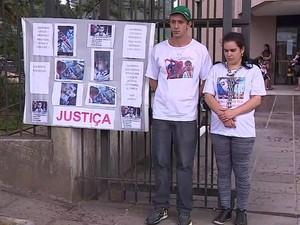 Pais protestam depois que filho ficou com paralisia cerebral após cirurgia (Foto: Reprodução/RBS TV)