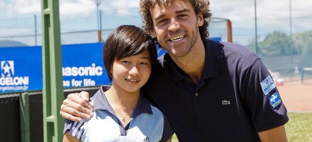 Guga Kuerten com tenista de 13 anos, Pei-Ju Chien, de Taiwan (Foto: Fernando Willadino, Divulgação / SGK)