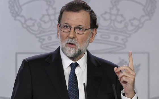 O primeiro-ministro da Espanha, Mariano Rajoy, durante conversa com jornalistas neste sábado (21) (Foto: GABRIEL BOUYS / AFP)
