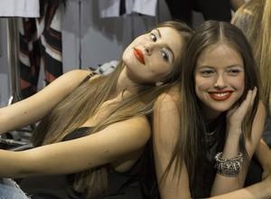 Camila Queiroz e Agatha Moreira posam no backstage do São Paulo Fashion Week (Foto: Felipe Monteiro/ Gshow)