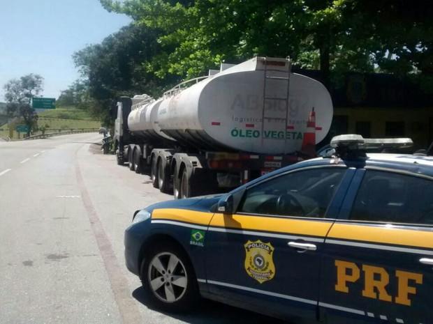 PRF recuperou petróleo roubado (Foto: Divulgação PRF)