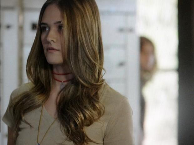 Sem desconfiar que está sendo observada, Lili copia dados sobre a máquina (Foto: Além do Horizonte/TV Globo)