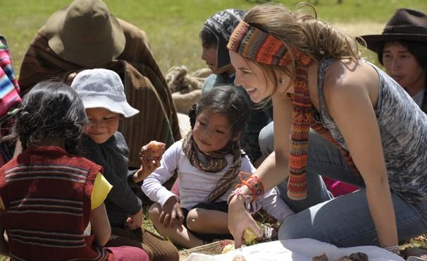 Paolla Oliveira brinca com crianças peruanas (Foto: TV Globo / Estevam Avellar)
