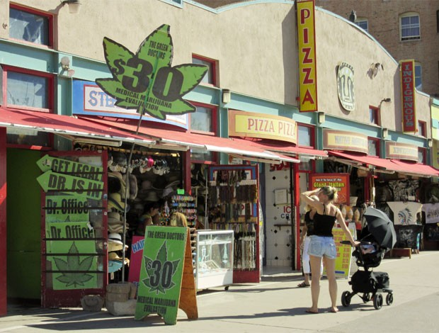 'Green Doctors' atendem em praia de Los Angeles (Foto: Flávia Mantovani/G1)