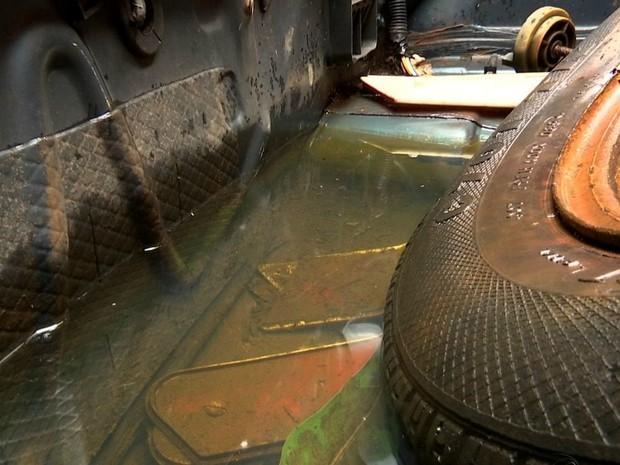 Água fica acumulada em pátio de carros apreendidos (Foto: Reprodução/ TVCA)