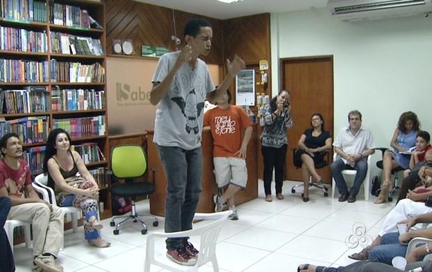 Pessoas de todas as idades se reuniram para declamar poemas e cantar as canções do artista (Foto: Roraima TV)