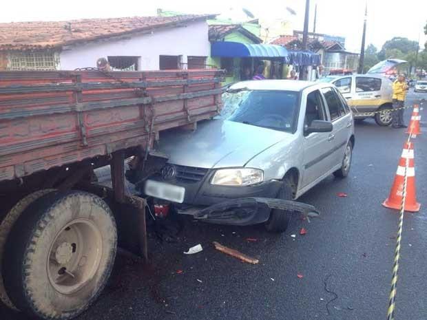 Carro atingiu a traseira do caminhão que estava estacionado em local proibido (Foto: Walter Paparazzo/G1)