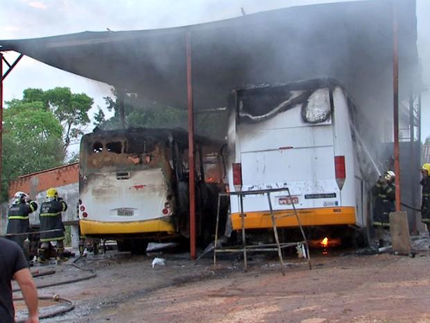 Fogo atingiu uma oficina para conserto de veículos em Várzea Grande (Foto: Reprodução/TVCA)