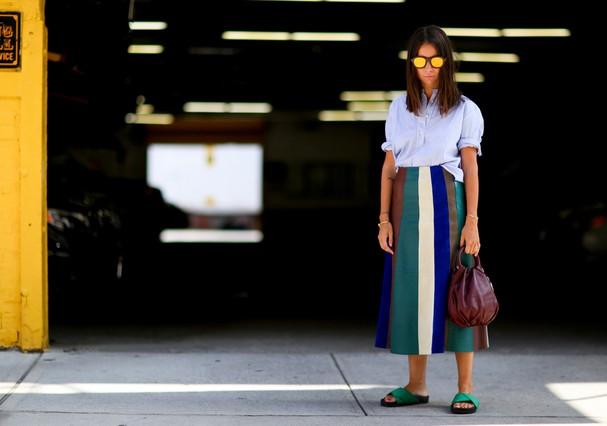 Saia listrada em clique de street style em Nova York (Foto: Imaxtree)