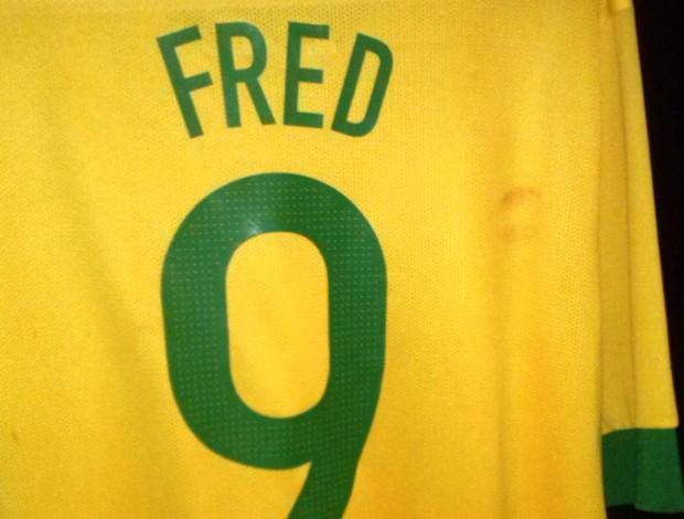 Camisa do Fred com marca de beijo
