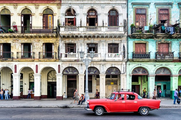 Street scene with vintage car and worn out buildings in Havana, Cuba. (Foto: Getty Images/iStockphoto)