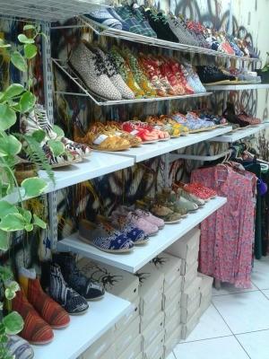 Sapatos são feitos com tecidos e sem matéria-prima de origem animal (Foto: Vitor Xavier/Divulgação)