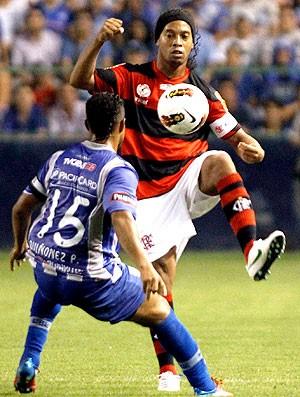 Ronaldinho Gaúcho na partida do Flamengo contra o Emelec (Foto: Reuters)