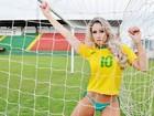 No clima da Copa, Carol Narizinho faz ensaio com uniforme sexy