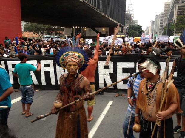 Indios protestam na pista sentido Consolação da Paulista  (Foto: Marcelo Mora/ G1)