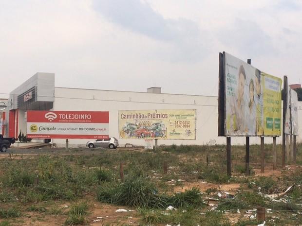 Apenas o outdoor do sindicato foi derrubado neste local (Foto: Divulgação)